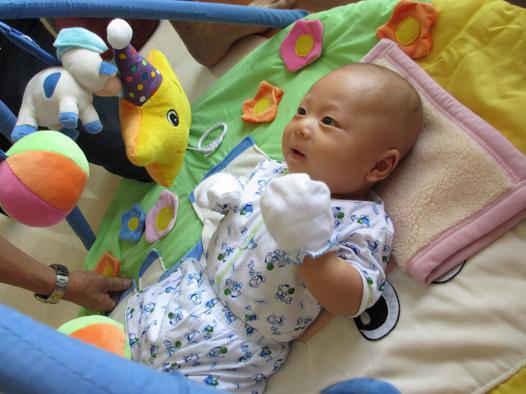 bebe 2 mois eveil
